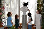 Kinder schlüpfen in die Rolle der Dienerschaft auf Schloss Arenenberg. (Bild: PD)