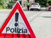 Der Unfall ereignete sich auf einer Hauptstrasse in Coldrerio unweit von Chiasso an der schweizerisch-italienischen Grenze. (Bild: KEYSTONE/CARLO REGUZZI)