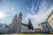 Der Flug des grossen Christbaums auf den Klosterplatz ist jeweils ein Spektakel, das viel Publikum anzieht. (Bild: Urs Bucher - 4. November 2016)