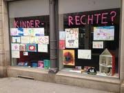 Kinderzeichnungen und andere Kunstwerke zum Tag der Rechte des Kindes in den Schaufenstern des ehemaligen Finnshop an der Neugasse 33. (Bild: Reto Voneschen - 11. November 2019)