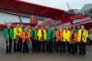 Die Mitglieder des Zurich Airport Orchestra vor einem Doppeldecker des Typs Antonow An-12. Normalerweise haben es die Musikerinnen und Musiker, die im Flughafen arbeiten, heutzutage mit grösseren Vögeln zu tun. (Bild: PD)