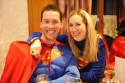 Michael Götte und Gattin Andrea sind in der Motorsägen-Challenge als nächste gefordert. Humor, der eine gute Voraussetzung für die Teilnahme an der Aktion ist, haben die beiden schon früher bewiesen - etwa als Superman und Supergirl an der Beizenfasnacht in Tübach. (Bild: Hanspeter Schiess - 12. März 2012)