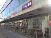 An der Ecke St.-Leonhard- und Gäbrisstrasse richtet derzeit Aldi Schweiz seine erste St.Galler Innenstadt-Filiale ein. Im Schaufenster spiegelt sich die gegenüberliegende Rückseite der Hauptpost. (Bild: Reto Voneschen - 14. November 2019)