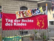 Ein Transparent macht vor dem Kindertreff Ti-Rumpel im Lachen-Quartier auf den Tag der Kinderrechte aufmerksam. (Bild: Reto Voneschen - 9. November 2019)