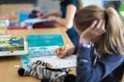 Kinder beim Selbststudium der französischen Sprache an der Tagesschule Bungertwies in Zürich. (Bild: Gaetan Bally - 12. März 2015)