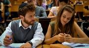 «Motti Wolkenbruchs wunderliche Reise in die Arme einer Schickse»: Motti (Joel Basman) mit Laura (Noémie Schmidt) im Film zum ersten Buch von Thomas Meyer. (Bild: PD)