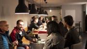 Gehört mit zum Konzept der St.Galler Fussballlichtspiele: Zusammensitzen und fachsimpeln in den Pausen zwischen den Filmen und Diskussionen. (Bild: PD)