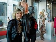 Schauspielerin Olivia Newton-John mit Kostümen aus dem Hit-Filmmusical «Grease» aus dem Jahr 1978. (Bild: KEYSTONE/EPA/EUGENE GARCIA)