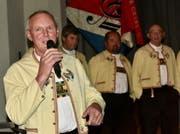 Bergfinkli-Präsident Hans Vetsch stellt seine Jodler einzeln vor. (Bild: Heidy Beyeler)