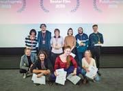 Die Jury, das Organisationskomitee und die Gewinner der goldenen Kirsche freuen sich über die erfolgreichen Zuger Filmtage. Insgesamt drei goldene Kirschen wurden vergeben . (Bild: Jan Pegoraro, Zug, 2. November 2019)