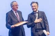 Lukas Bärfuss nimmt von Ernst Osterkamp, dem Präsidenten der Akademie für Sprache und Dichtung, die Büchnerpreis-Urkunde entgegen. (Bild: EPA/Alexander Heimann)