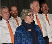 Männerchor-Dirigentin Anni Forrer hat die Sänger im Griff. (Bild: Heidy Beyeler)