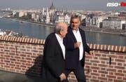 Premier Viktor Orban auf dem Balkon seines Regierungssitzes hoch über der Donau - mit seinem Schweizer Gast, Ex-Fifa-Präsident Sepp Blatter. (Bild: nso.tv)
