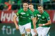 Torschütze Silvan Hefti, Cedric Itten und Ermedin Demirovic jubeln nach dem Goal zum 3:0 gegen Sion. (Bild: Freshfocus)