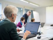 Eine Seniorin an einem Computerkurs. Die Industriestaatenorganisation OECD empfiehlt der Schweiz, das Rentenalter zu erhöhen. (Bild: KEYSTONE/CHRISTIAN BEUTLER)