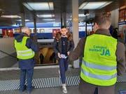 Unübersehbar stehen die Verteiler des Vereins Campus Wattwil am Rapperswiler Bahnhof. (Bild: Ruben Schönenberger)