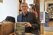 Autor Andreas Anderhalden inmitten von Gegenständen von damals in der Buchhandlung. (Bild: Romano Cuonz, Sarnen, 29. Oktober 2019)