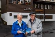 Autor Fredy Vogel (links) mit dem Olympiabronze-Gewinner Kurt Müller vor der ehemaligen Schiessanlage Chut. (Bild: Philipp Schmidli, Kriens, 31. Oktober 2019)