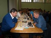 Konzentriert am Brett: Turniersieger Roger Moor (rechts) gegen den Hergiswiler Olaf Nazarenus.Bild: Kurt Liembd (Luzern, 3. November 2019)