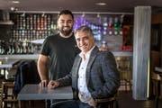 Orhan Dogan (rechts) und Sohn Dogus in der Kränzlin-Bar. (Bild: Michel Canonica)