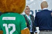 Matthias Hüppi freut sich zusammen mit Peter Zeidler und Maskottchen Gallus über das 3:0 gegen Sion. (Bild: Ralph Ribi)