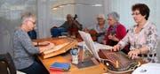 Fünf Freundinnen üben sich in der Stube im volkstümlichen Saitenspiel. Von links: Trudy Jakober, Margrit Dillier, Marie Theres Burch, Margrit Ammann, Vreni Krummenacher. (Bild: Marion Wannemacher, Sarnen, 28. Oktober 2019)
