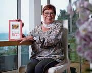 Annemarie Setz-Frey mit ihrem Buch: «Ein Kaktus blüht rot».Bild: Maria Schmid (Hünenberg, 30. Oktober 2019)