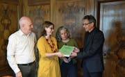 Leo Amstutz, Jeannette Mauron und Doris Hellmüller von den Grünen Nidwalden (von links) übergeben die Unterschriften an Landschreiber Hugo Murer. (Bild: Martin Uebelhar, Stans, 4. November 2019)