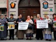 Mehrere Dutzend Frauen aus Srebrenica haben am Dienstag vor der schwedischen Botschaft in Sarajevo gegen die Auszeichnung des österreichischen Schriftstellers Peter Handke mit dem Literaturnobelpreis protestiert. Er habe den Völkermord an muslimischen Männern unterstützt. (Bild: KEYSTONE/AP FENA/ALMIR RAZIC)