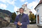Vikar Hermann Ngoma Mbuinga vor der Schattdorfer Pfarrkirche, seinem neuen Wirkungsort. (Bild: Markus Zwyssig, Schattdorf, 4. November 2019)