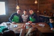 Zu den Attraktionen des ersten Eiszaubers gehörte eine Autogrammstunde mit dem FC St.Gallen. Im Bild Silvan Hefti und Cedric Itten mit jungen Fans im Alp-Chalet. (Bild: Michel Canonica - 9. Januar 2019)