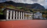 Auf dem Dach des Schulhauses in Büren soll eine Fotovoltaikanlage installiert werden.Bild: Corinne Glanzmann (5. November 2019)