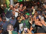 Südafrikas Rugby-Weltmeister erleben bei ihrer Rückkehr in die Heimat einen begeisternden Empfang (Bild: KEYSTONE/EPA/STR)