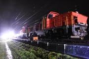 Fünf Gleisarbeiter stürzten zu Boden oder auf geladene Eisenbahnschwellen. (Bild: Kantonspolizei)