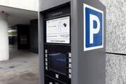 Die Möglichkeit Parkplätze in der Stadt Zug bargeldlos zu bezahlen wird um eine Möglichkeit erweitert. (Symbolbild: Werner Schelbert)
