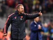 Daumen hoch bei Hansi Flick: Der Bayern-Coach startet mit einem Sieg in seinen neuen Job (Bild: KEYSTONE/EPA/LUKAS BARTH-TUTTAS)