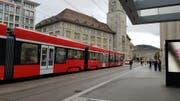 Die Polizei-Eskorte für die Appenzeller Bahn am Bahnhofplatz. (Bild: Dinah Hauser)