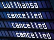Der für morgen geplante Streik der Flugbegleiter bei der Lufthansa kann stattfinden. Das Arbeitsgericht Frankfurt hat einen Eilantrag des Unternehmens gegen den Arbeitskampf der Gewerkschaft Ufo abgelehnt. (Bild: KEYSTONE/EPA DPA/PETER KNEFFEL)
