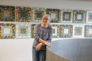 Ruth Levap Zehnder vor dem Kunstwerk. (Bild: PD)