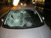 Die geborstene Frontscheibe eines Personenwagens nach einem Unfall mit einer Fussgängerin. Gerade bei der früher einbrechenden Dunkelheit steigt das Unfallrisiko für die schwächsten Verkehrsteilnehmenden stark an. (Bild: Kantonspolizei Aargau)