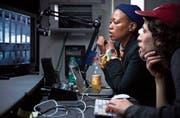 Nomanzi Palesa Shongwe, Regisseurin aus Südafrika, und Christian Büttiker im Schnittraum an der Hochschule in Emmenbrücke.Bild: Jakob Ineichen (30. Oktober 2019)