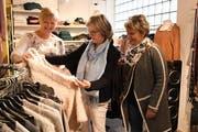 Geschäftsführerin Sandra Lang berät ihre Kundinnen Marlies Fässler und Doris Muggli. (Bild: Yvonne Aldrovandi-Schläpfer)
