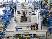 Die Talfahrt der Schweizer Wirtschaft geht weiter. Der Geschäftslageindikator der Konjunkturforschungsstelle der ETH Zürich ist im Oktober gesunken. Insbesondere die Industrie leidet. (Bild: KEYSTONE/CHRISTIAN BEUTLER)