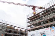 Eine klassische Verdichtung: Die in die Höhe wachsenden Neubauten auf dem Köppel-Areal im Lachen-Quartier ersetzen frühere, kleinere Gebäude. Die beiden neuen Häuser an der Ulmenstrasse sind inzwischen bezogen. (Bild: Sabrina Stübi - 23. April 2018)