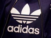 Der deutsche Sportartikelhersteller Adidas setzt den Höhenflug fort. Das Unternehmen mit den drei Streifen erwartet ein florierendes Weihnachtsgeschäft und damit ein weiteres Rekordjahr. (Bild: KEYSTONE/AP/MATTHIAS SCHRADER)