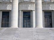 Das Bundesgericht hat die Beschwerde eines Mannes abgewiesen, der in einer Schaffhauser Bar mit einer laufenden Kettensäge Personen bedrohte. (Bild: KEYSTONE/LAURENT GILLIERON)