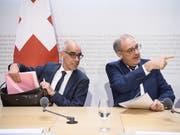 Ab 16. März 2020 neuer Direktor im Bundesamt für Wohnungswesen: Martin Tschirren (links) bei der Vorstellung durch Bundesrat Guy Parmelin in Bern. (Bild: KEYSTONE/ANTHONY ANEX)