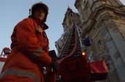 Der Brand von Notre-Dame in Paris hatte im Sommer Auswirkungen bis St.Gallen: Feuerwehrkommandant Christian Isler hatte unzählige Medienanfragen dazu, wie die St.Galler Feuerwehr das hiesige Weltkulturerbe schützt. Im Bild eine Feuerwehrübung an der Kathedrale. (Bild: Michel Canonica - 30. Juni 2005)
