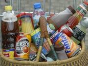 Getränke sind bei den Schweizer Detailhändlern heute fast gar nicht mehr in Pfandflaschen erhältlich. (Bild: Keystone/AP/JOERG SARBACH)