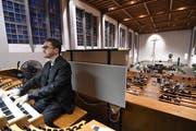 Kantor Thomas Haubrich spielt an der Orgel in der katholischen Kirche von Amriswil. (Bild: Manuel Nagel)